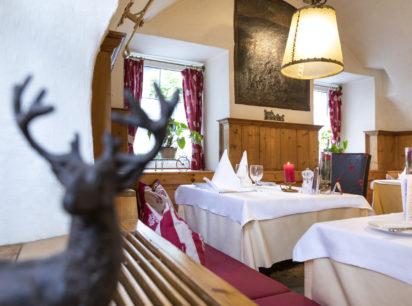Hotel Wastlwirt - Hirschfigur in Gaststube