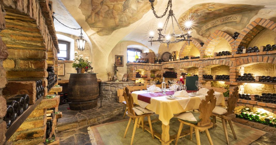 Hotel Wastlwirt - Gedeckter Tisch im Weinkeller